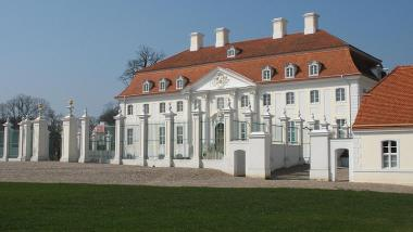 Schloss Meseberg, von Doris Antony, Berlin [GFDL (http://www.gnu.org/copyleft/fdl.html) oder CC BY-SA 4.0 (https://creativecommons.org/licenses/by-sa/4.0)], vom Wikimedia Commons)